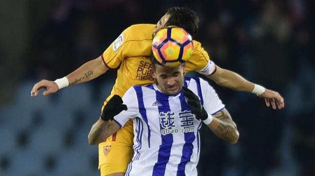 Willian José salta con Nico Pareja en el Real Sociedad-Sevilla de la primera vuelta (Foto: AFP)