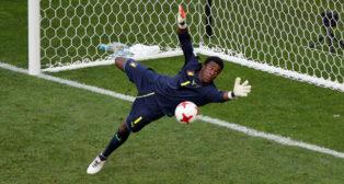 Ondoa, durante el partido Camerún-Alemania de la Copa Confederaciones (imagen: REUTERS/Grigory Dukor)