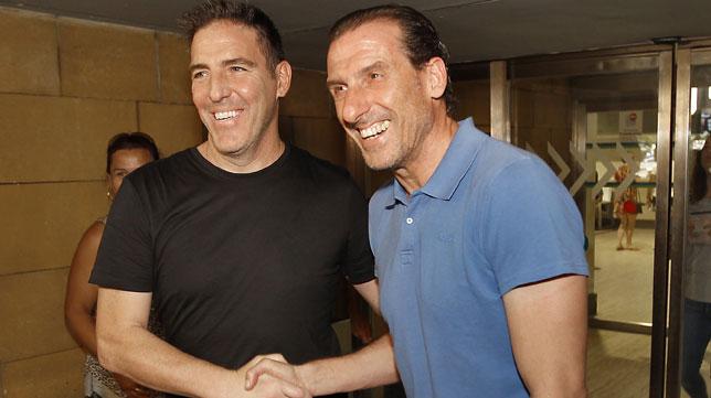 Berizzo y Óscar Arias, en el aeropuerto de Sevilla (Foto: J. M. Serrano)