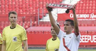 Toño Cotán, capitán del Sevilla Atlético, salió con un monopatín al partido ante el Rayo en honor al español fallecido en Londres (Foto: J. Spínola)