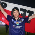 Teodorczyk celebra con la bandera de su país el título de la liga belga ganado con el Anderlecht