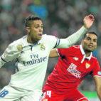 Mariano Díaz pugna un balón con Mercado en el Real Madrid-Sevilla FC de la Copa