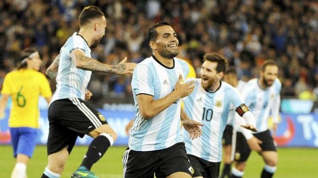 Gabriel Mercado celebra el gol con el que Argentina le ganó a Brasil (Foto: EFE)