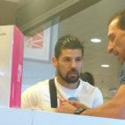 Nolito y Óscar Arias, en una heladería cercana al estadio del Sevilla