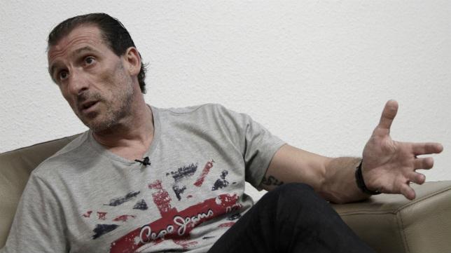 Óscar Arias, durante la entrevista con ABC de Sevilla en el Sánchez-Pizjuán (Foto: Juan Flores)