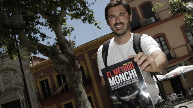 Dani Pinilla posa para la entrevista con José Félix Machuca con su libro 'El Método Monchi' (Foto: Juan Flores)