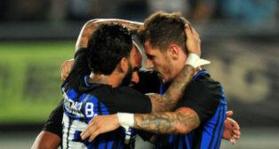 Jovetic es felicitado por sus compañeros (foto: Reuters)