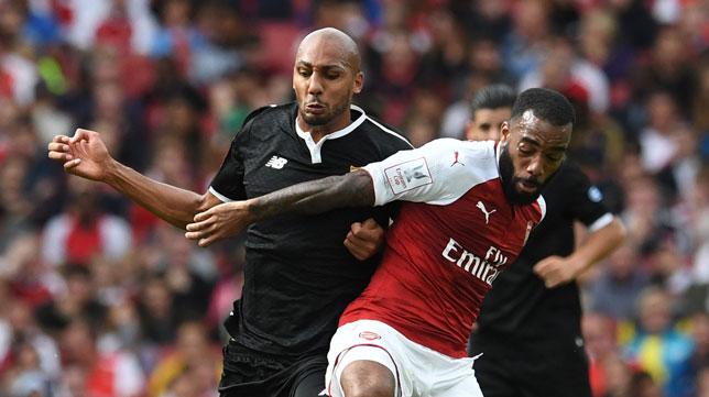 Nzonzi ante Lacazette en el Arsenal-Sevilla: foto (REUTERS/Hannah McKay)