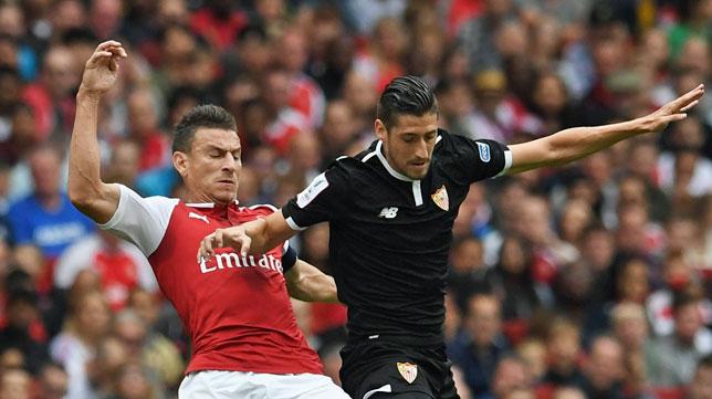 Escudero, durante el Arsenal-Sevilla (foto: EFE/EPA/FACUNDO ARRIZABALAGA)
