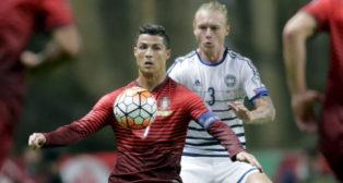 Sevilla FC: el danés Kjaer ante Cristiano Ronaldo, en un encuentro entre Dinamarca y Portugal (foto: Reuters / Miguel Vidal)