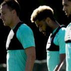 Amavi, en el centro, junto a John Terry. Foto: Aston Villa FC