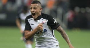 Guilherme Arana juega en el Corinthians