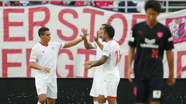 Ben Yedder, Mercado y Walter Montoya, en el Cerezo Osaka-Sevilla (Foto: AFP)