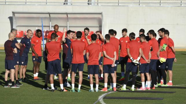 Berizzo da instrucciones al grupo en el entrenamiento del Sevilla (Foto: J. Spínola)