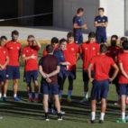 Berizzo se dirige a sus futbolistas en un entrenamiento del Sevilla FC