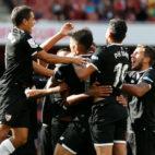 Varios jugadores del Sevilla celebran con Nzonzi el gran gol que el francés le marcó al Arsenal (Foto: Reuters)