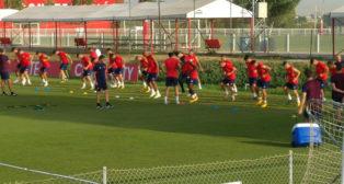 Entrenamiento del Sevilla antes de partir hacia Japón