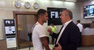 Vitolo y el presidente de Las Palmas, Miguel Ángel Ramírez, en el aeropuerto (foto: UDLP)