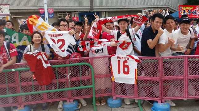 Aficionados japoneses reciben a los jugadores del Sevilla este verano (Foto: SFC)