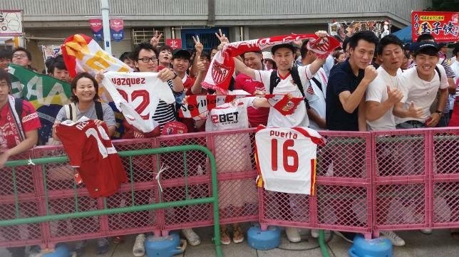 Aficionados japoneses reciben a los jugadores del Sevilla (Foto: SFC)