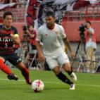 Walter Montoya conduce el balón el amistoso que enfrentó a Sevilla y Kashima Antlers (Foto: SFC)