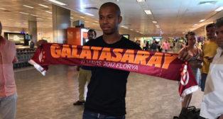 Mariano posa con la bufanda del Galatasaray