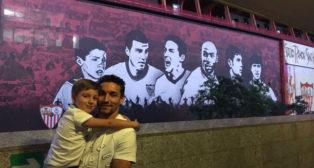 Jesús Navas posa con su hijo en el mural del Sánchez-Pizjuán (Foto: @JNavas)