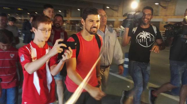 Nolito, a su llegada al aeropuerto de San Pablo
