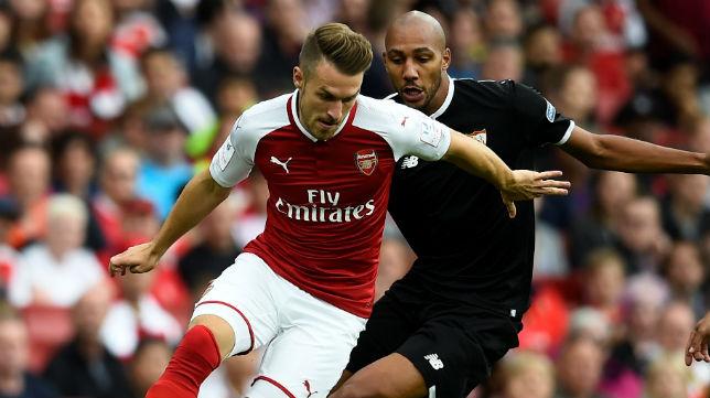 Nzonzi persigue a Ramsey en un lance del Arsenal-Sevilla (Foto: Reuters)