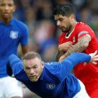Banega junto a Rooney en el Everton-Sevilla (foto: Reuters/Ed Sykes)