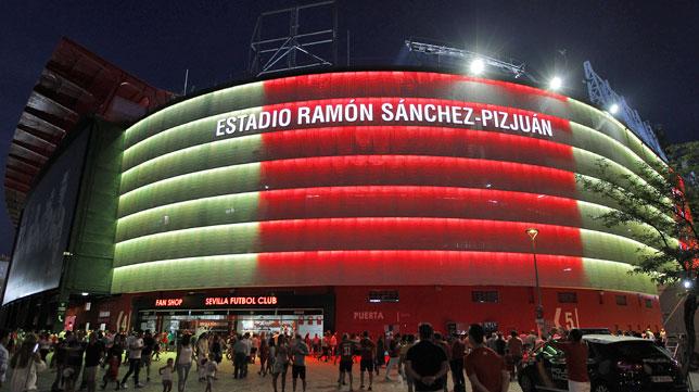 Fachada iluminada del Sánchez-Pizjuán con los colores de las banderas de Cataluña y Barcelona (foto: Raúl Doblado)