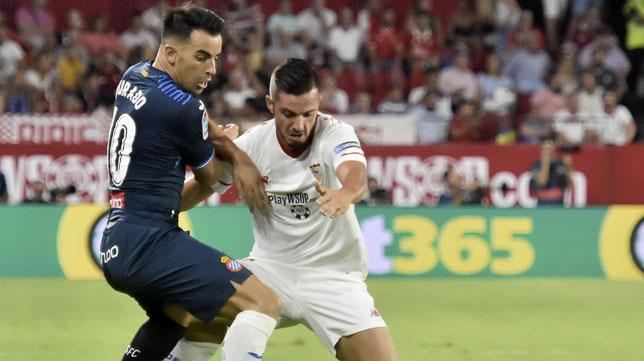 Sarabia pugna con Jurado en el Sevilla-Espanyol (foto: EFE/Raúl Caro)