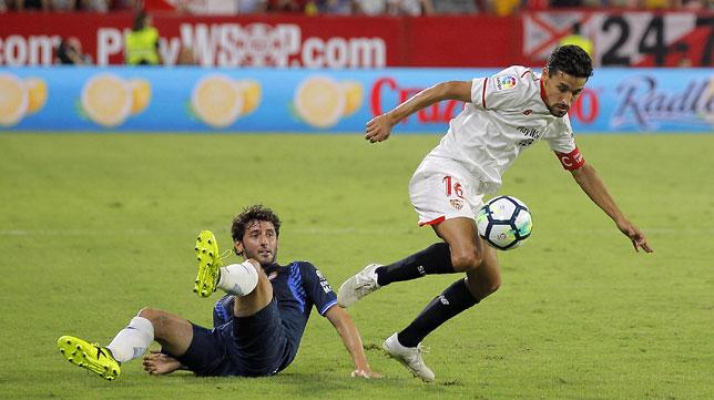 Jesús Navas supera a Granero, del Espanyol (foto: Raúl Doblado)