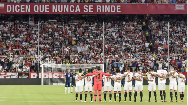 Minuto de silencio en el Sevilla-Espanyol (foto: EFE/Raúl Caro)