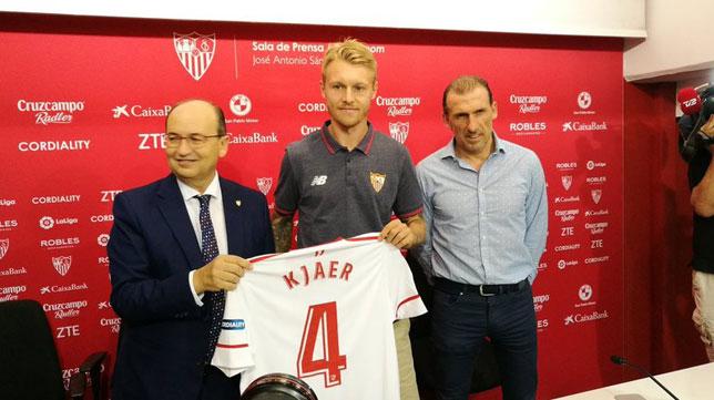 Kjaer, Castro y Arias, durante la presentación del danés con el Sevilla FC