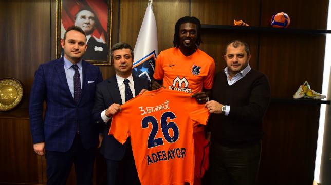 Emmanuel Adebayor, el día de su presentación con el Istanbul Basaksehir