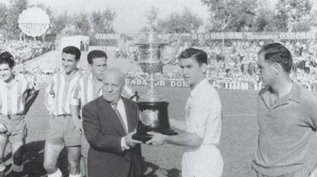 Juan Arza recibe el trofeo Pichichi obtenido en la temporada 1954-55