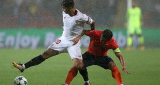 Banega controla el balón en el Basaksehir-Sevilla FC