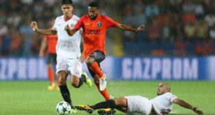Correa y Pizarro, en el Basaksehir-Sevilla de la Champions (Foto: Reuters)