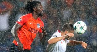 Lenglet cabecea un balón ante Adebayor en el Basaksehir-Sevilla (Foto: Reuters)