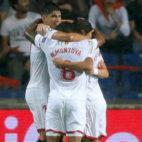 Celebración de los jugadores del Sevilla FC del gol de Sergio Escudero al Basaksehir (Foto: Reuters)