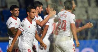 Los jugadores del Sevilla FC celebran el segundo gol ante el Basaksehir, obra de Ben Yedder