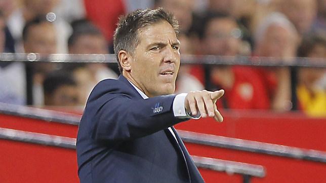 Eduardo Berizzo da instrucciones en el Sevilla FC-Basaksehir. Foto: Raúl Doblado