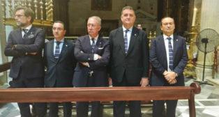 José Castro, junto a los consejeros del Sevilla, en la ofrenda (SFC)