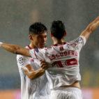 Escudero, de espaldas, celebra con Joaquín Correa el gol que le marcó al Basaksehir (Foto: Reuters)