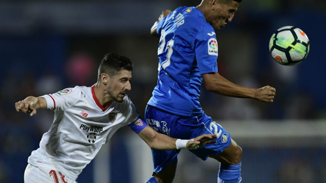 El lateral sevillista Escudero disputa un balón con el jugador del Getafe Fajr (Foto: AFP)