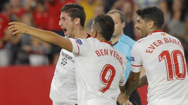 Escudero es felicitado por Ben Yedder y Banega tras marcar ante el Basaksehir (Foto: Raúl Doblado)