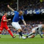 Sandro bate a David Soria en el Everton-Sevilla