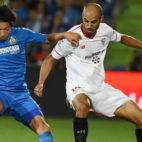 El sevillista Pizarro disputa el balón con el jugador del Getafe Gaku Shibasaki (Foto: EFE)
