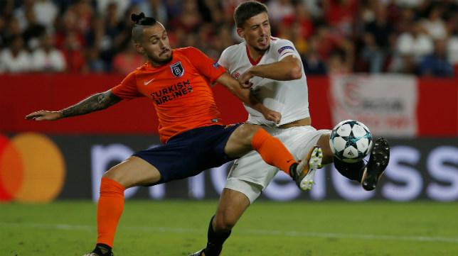 Lenglet pugna por el balón en el Sevilla FC-Basaksehir